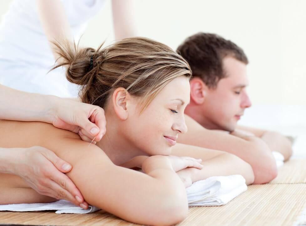 זוג אוהב מקבל טיפול אקופונקטורה