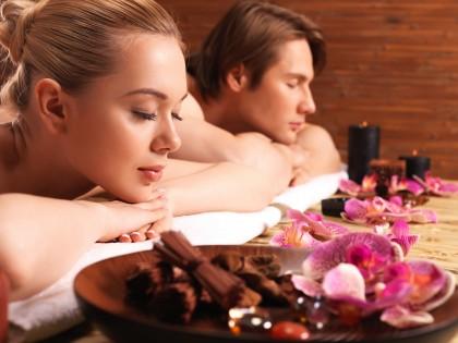 זוג צעיר נהנה מטיפול עיסוי שוודי בקליניקה