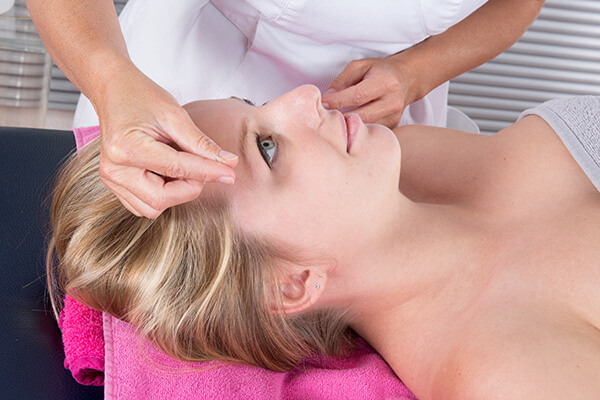 לקוחה מרוצה עובר טיפול של דיקור קוסמטי בקליניקת עיסויים בבאר שבע