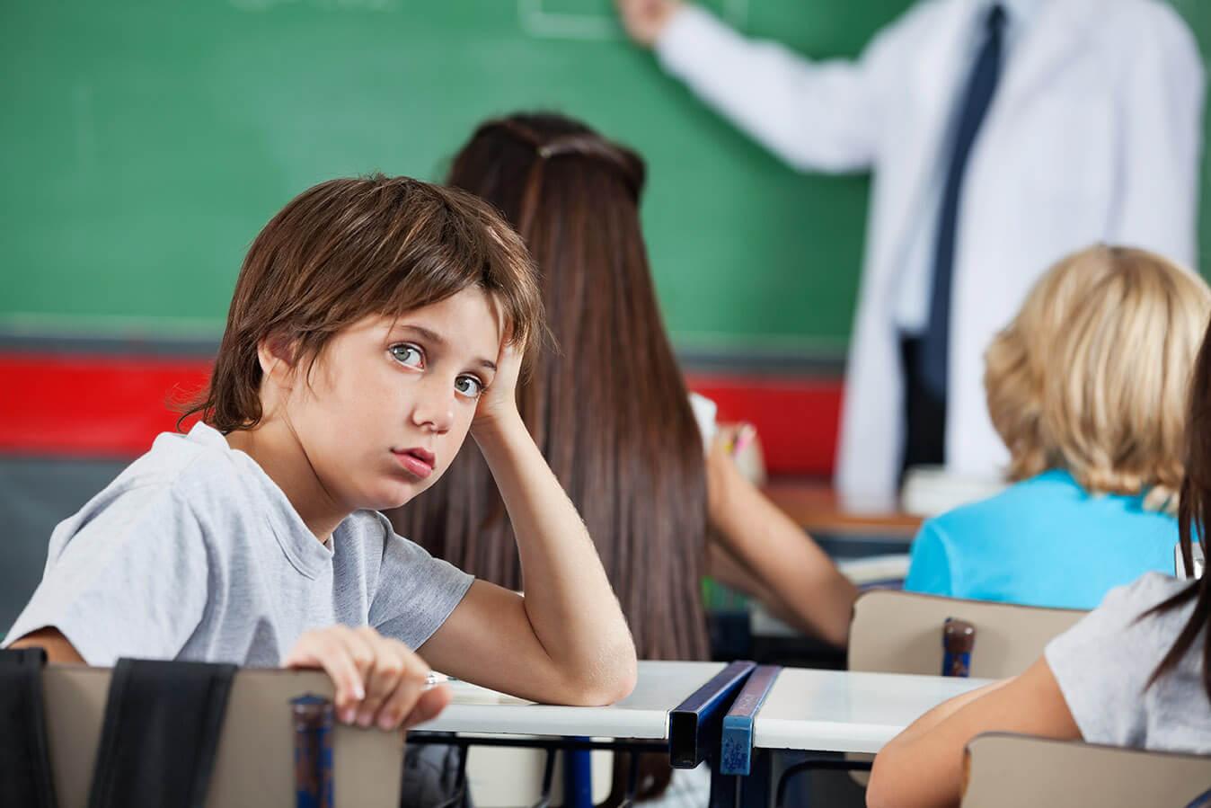 ילד עם בעיות ADHD מעופף בשיעור